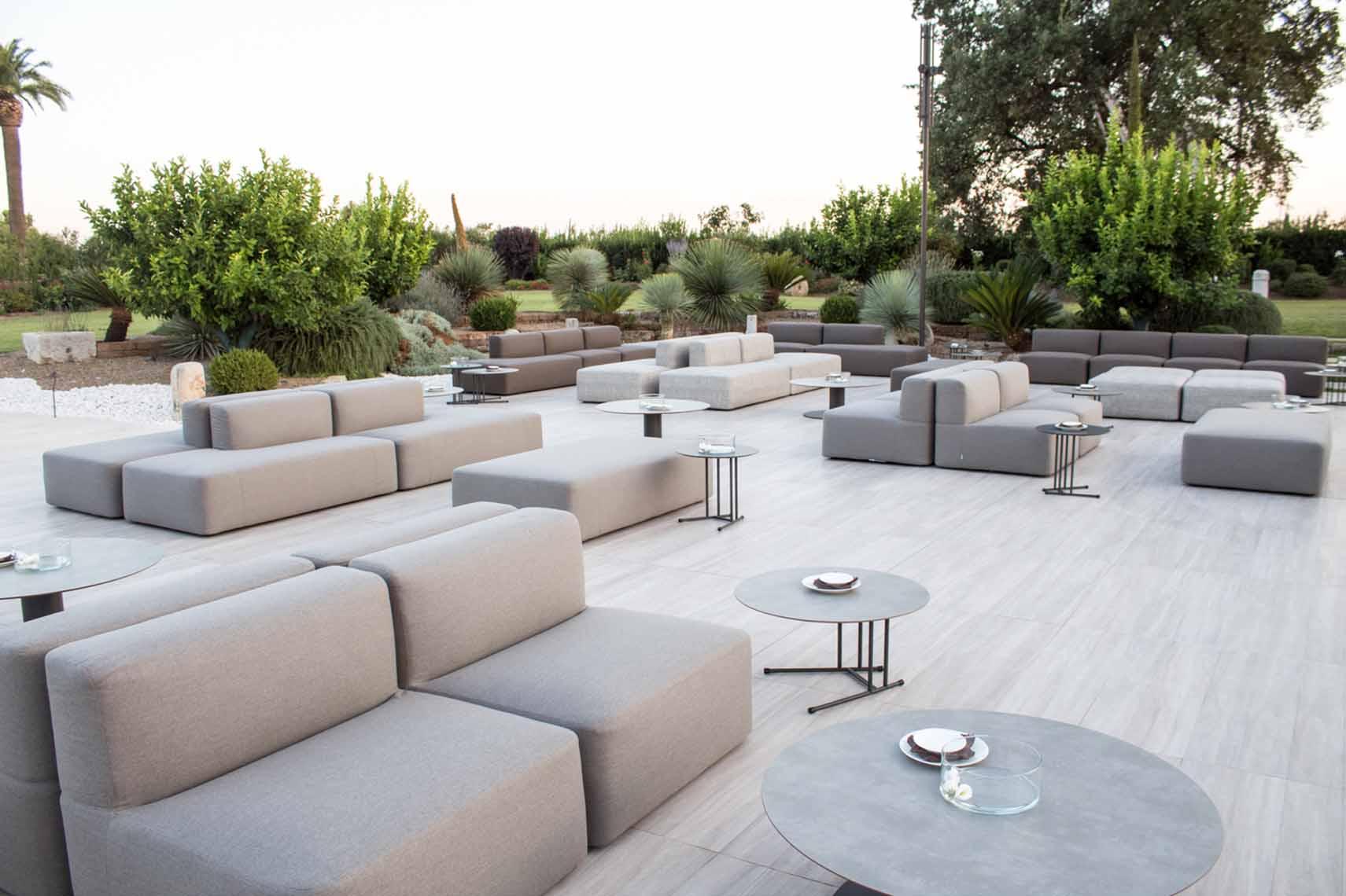 Arnieci lounge un ampio spazio esterno dal design moderno for Design dello spazio esterno